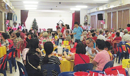 Christmas lunch for the poor by SMC Chinese Evangelisation Group